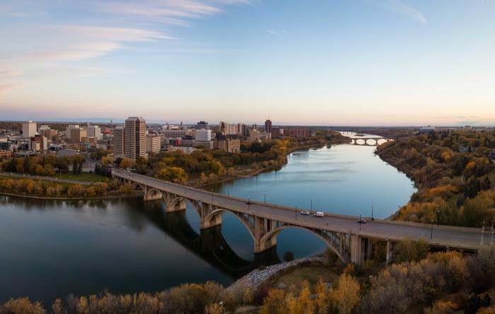 サスカトゥーンの街並みと橋と川