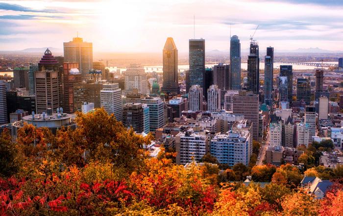 モントリオールの紅葉に映える都市