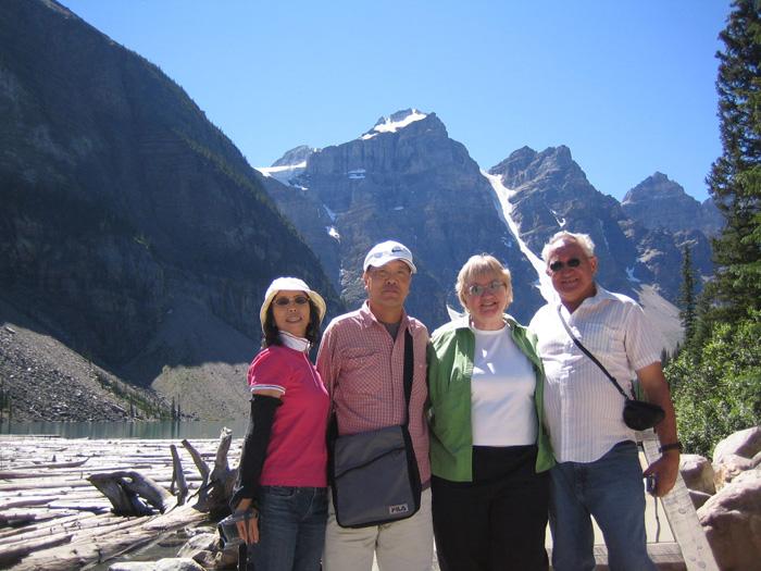 シニア留学 カルガリー Tomokoさん ホストファミリーと日本の家族でロッキー観光