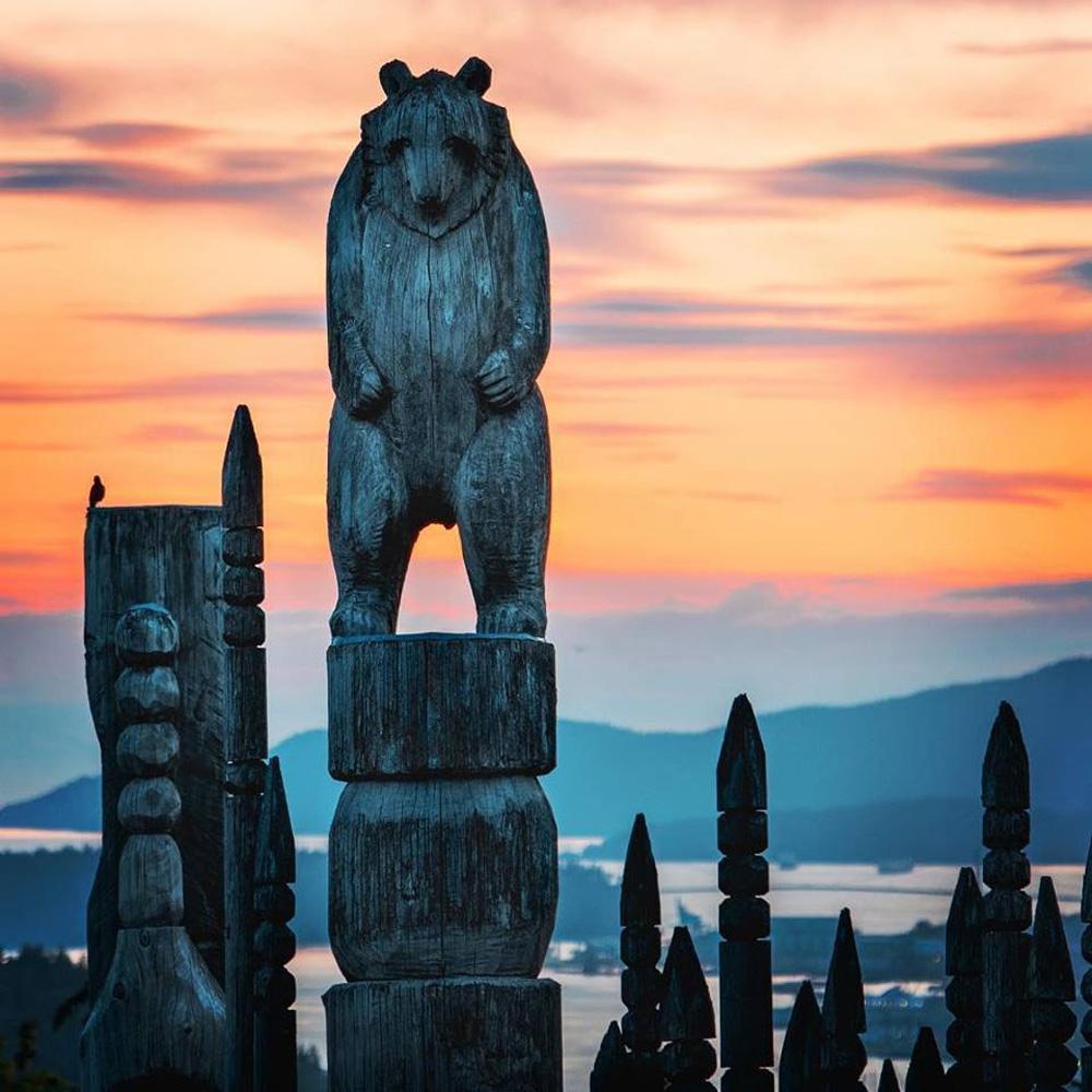 バーナビーの彫刻と町