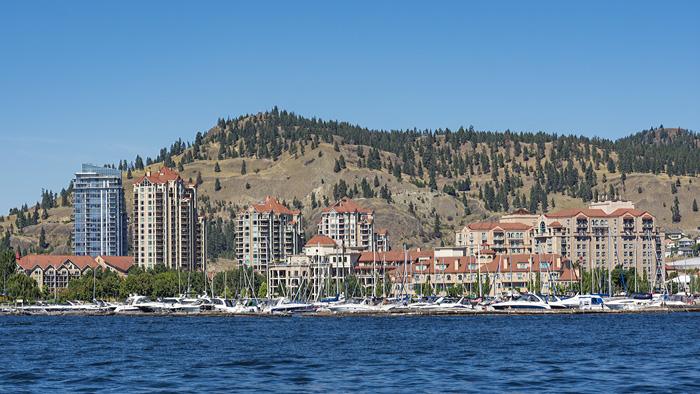 ケローナの街並みと、湖と、はげ山