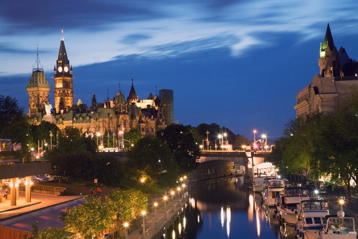 オタワの国会議事堂とリドー運河