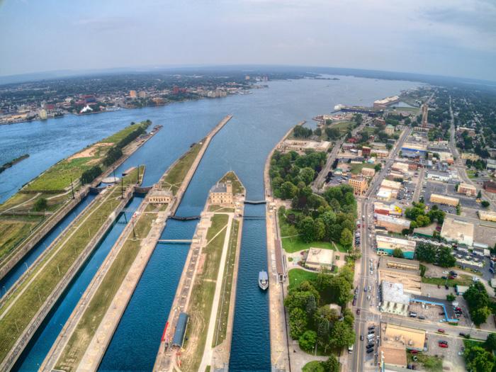 スー・セント・マリーの運河と街並み