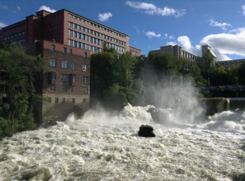 シェルブルックの川と建物