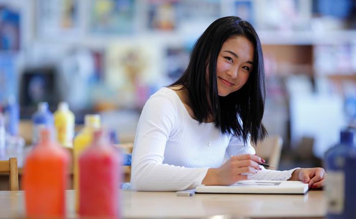 ビクトリア教育委員会 教室で微笑む留学生