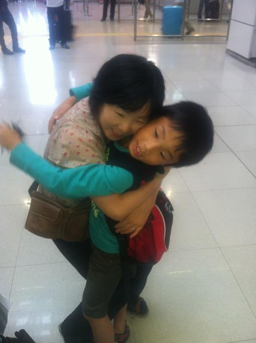 留学から帰国時、息子を迎える母親