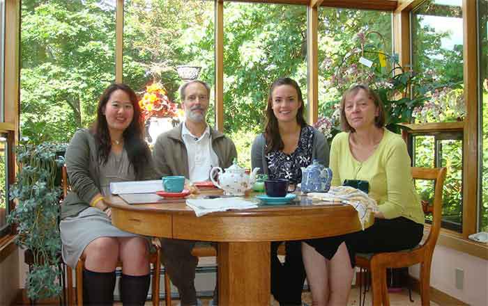カナダ留学の滞在方法 ビクトリアでホームステイ。ホストファミリーと一緒のAkariさん