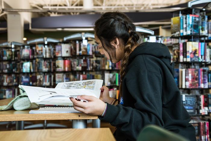 カナダの留学生の典型的な一日 図書館で勉強