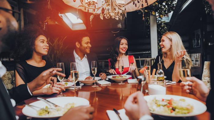 カナダの留学生の典型的な一日 友達と楽しいディナー