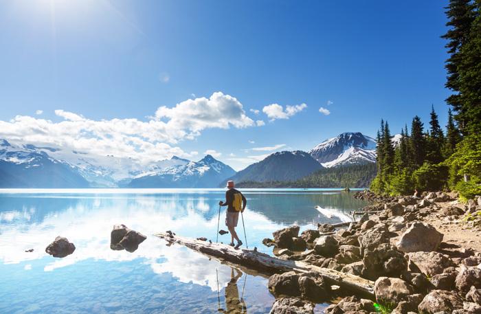 留学に適した国カナダ 湖を見つめる観光客