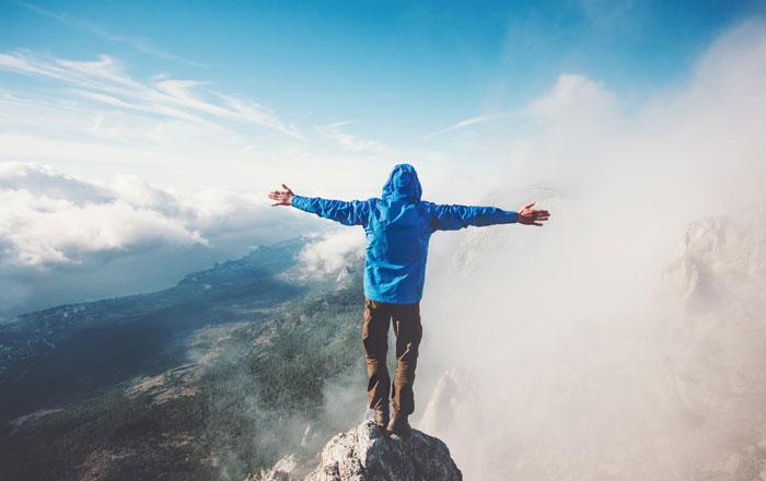 カナダの自然・文化に触れる ロッキー山脈に立つ男性