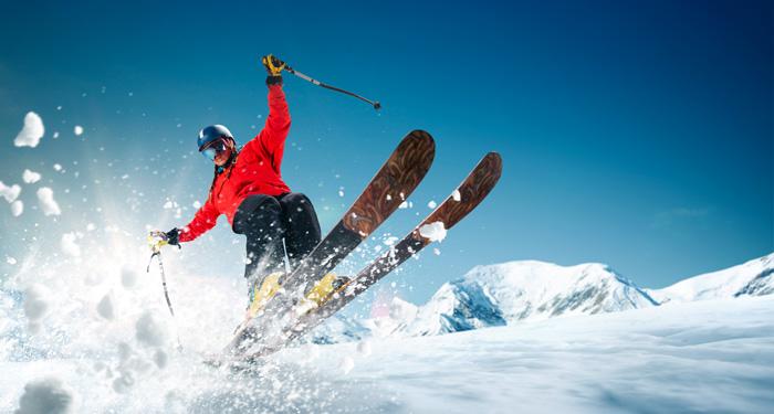 カナダ スキースノーボード留学 スキーヤーがさっそうと滑る