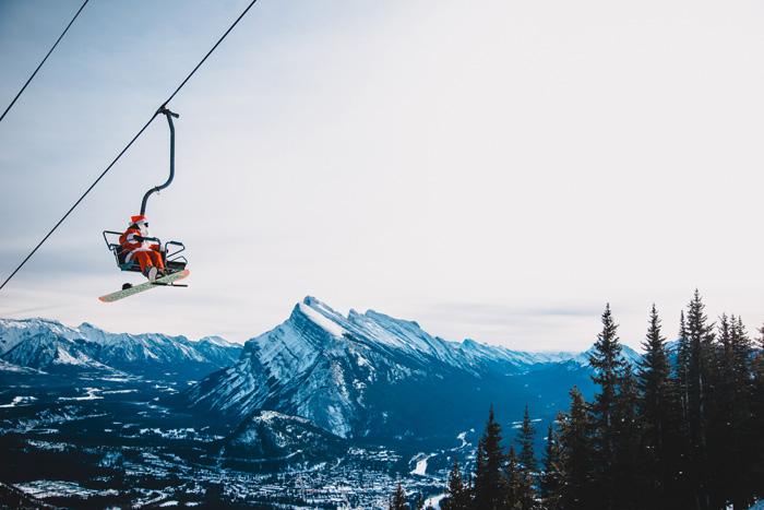カナダ スキースノーボード留学 リフトで上にのぼる
