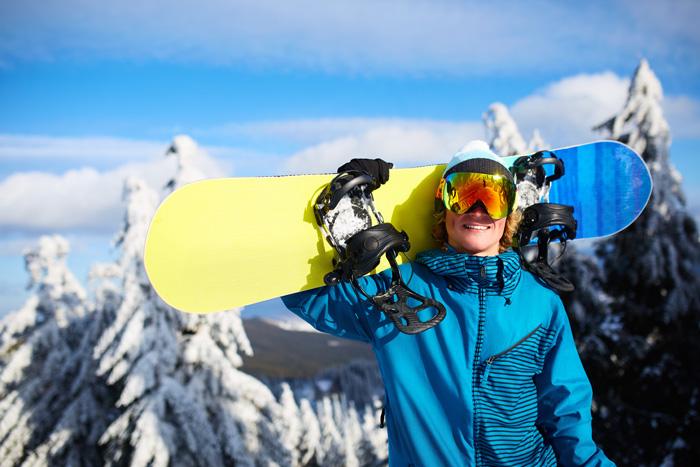 カナダ スキースノーボード留学 ボードを担ぐスノーボーダー