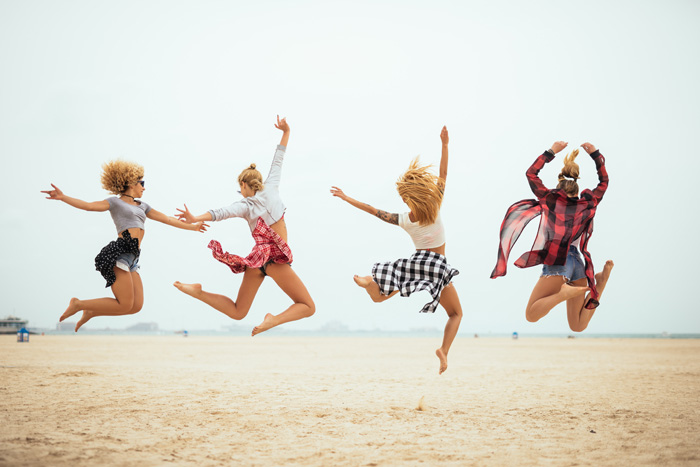人生の休暇を楽しむ 仲間と大ジャンプ