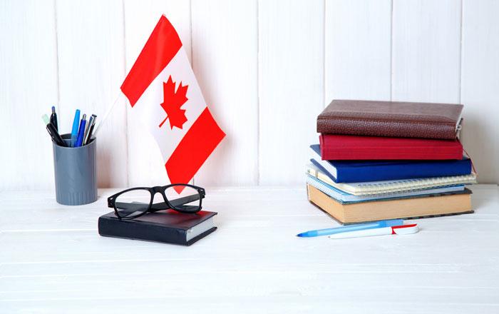 留学内容を考える カナダフラッグとテキスト