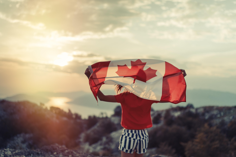 目標・目的を考える カナダフラッグを掲げる少女