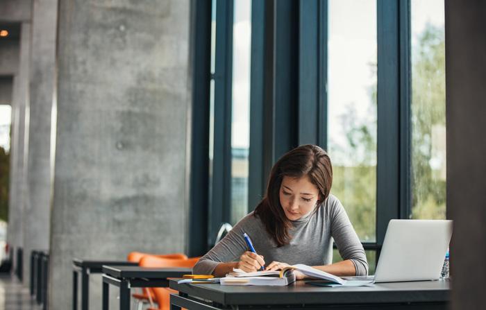 留学を迷っている方へ(大学生) 勉強する女子大生