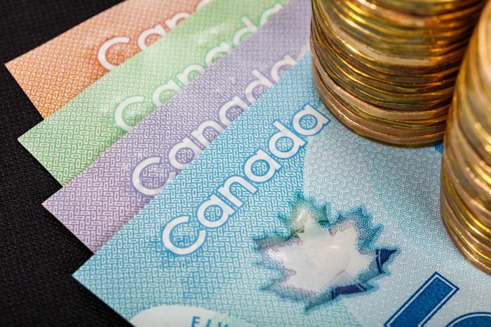 留学費用を考える カナダドル紙幣とコイン