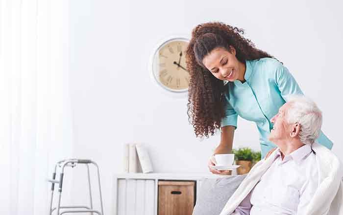 介護士、看護師が患者に優しく接する