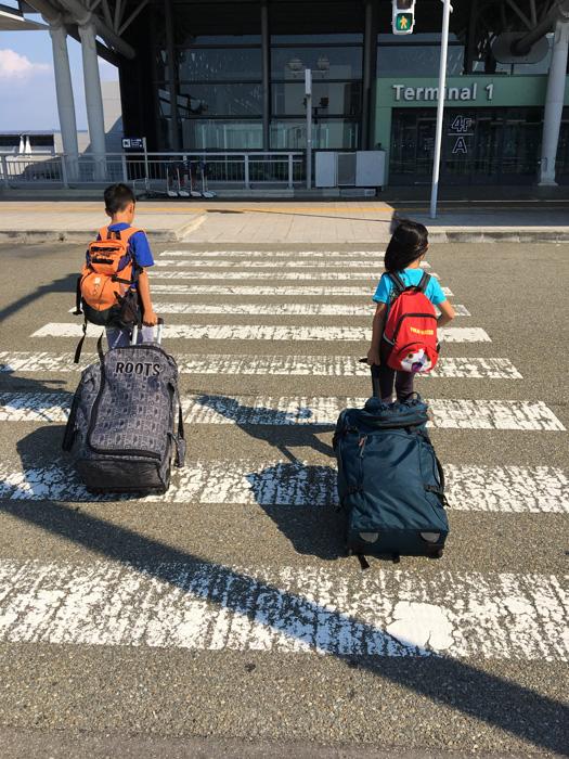 息子と娘を空港で見送る母親の想い、期待と不安が入り混じった感情