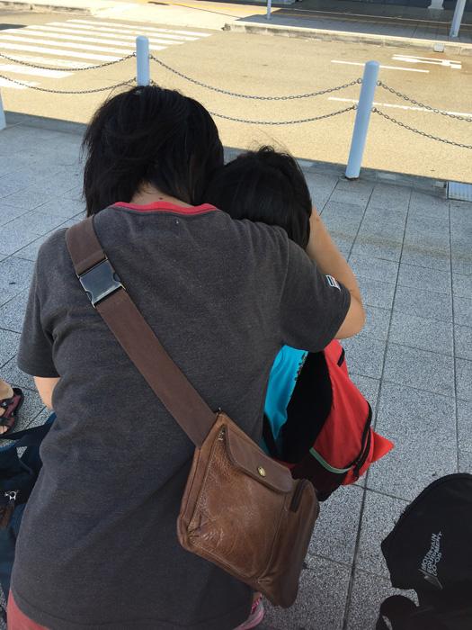 初カナダ留学から帰国した長女を抱きしめる母親
