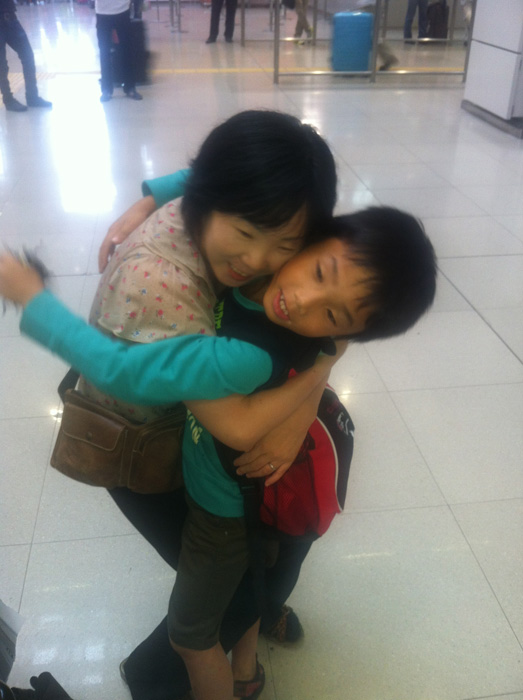 初カナダ留学から帰国した息子を抱きしめる母親