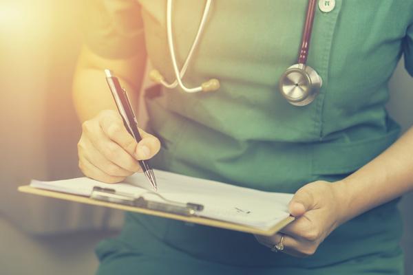 カナダの看護師がカルテを記入