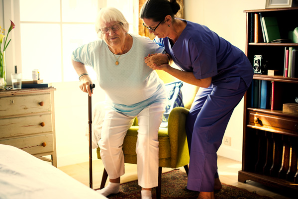 看護師、介護士が老人をサポートする
