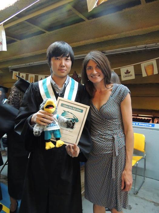 高校留学 ノバスコシア州 長期留学 お世話になった先生と卒業式で Soshiさん