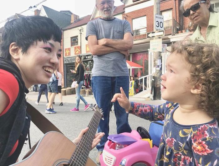 ワーキングホリデー トロント Yukieさん ストリートの演奏中に出会った子供