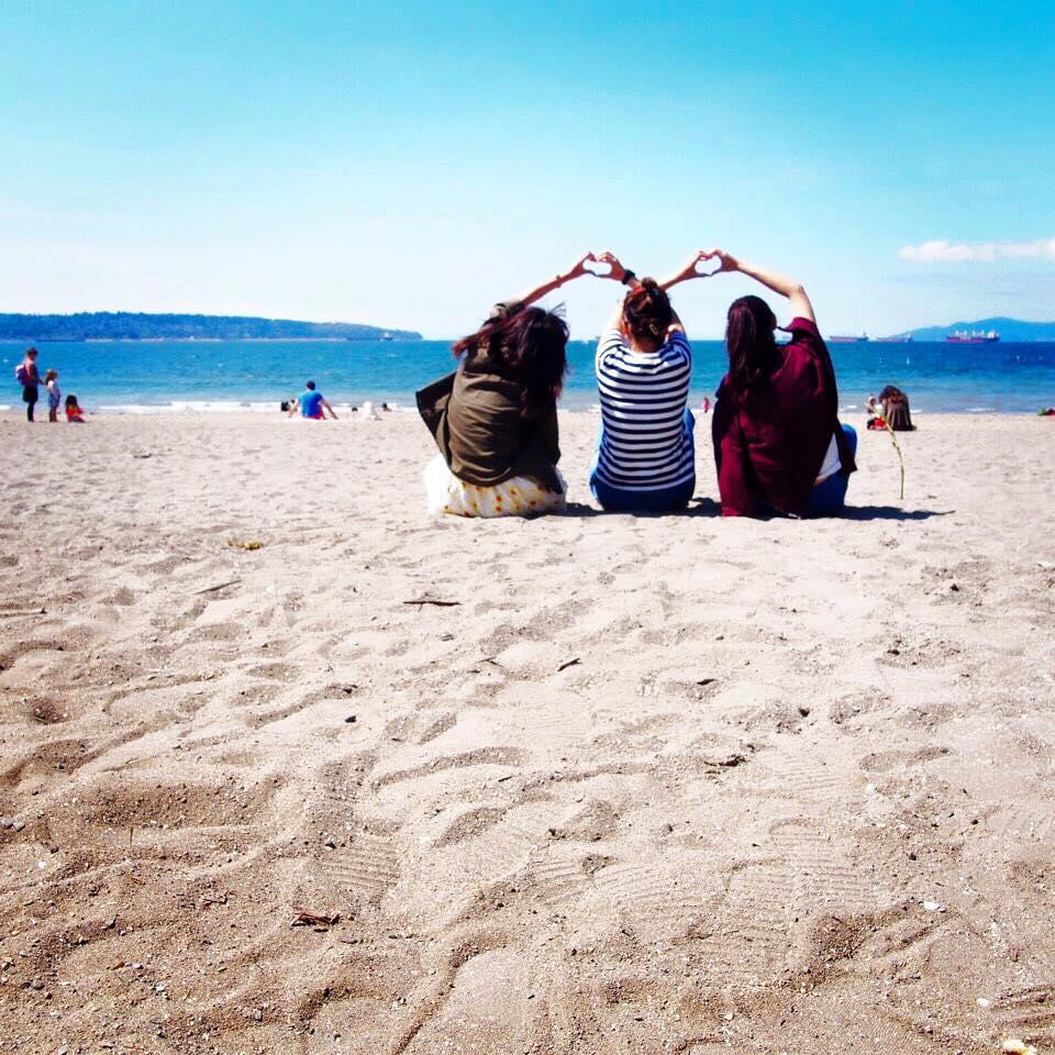 夏休み語学留学 バンクーバー ビーチで仲間と Harukaさん