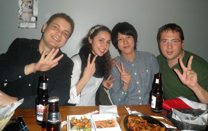 大学付属語学留学 トロント Masahiroさん 友達と食事中