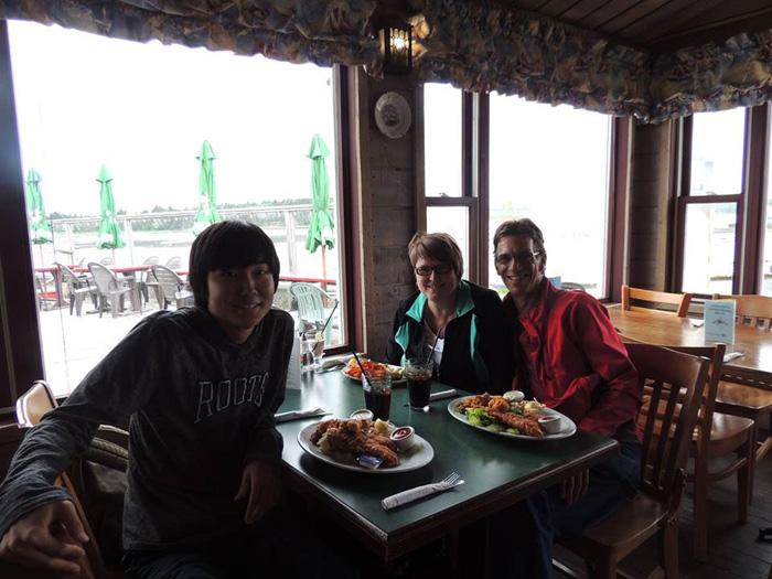 高校留学 ノバスコシア州 長期留学 ホストファミリーさんと食事中 Soshiさん