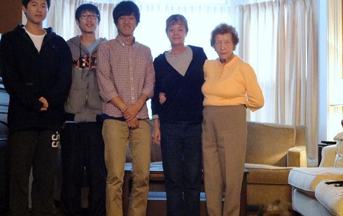 大学付属語学コース ゲルフ Daikiさん ホストファミリーとルームメイトの中国人と