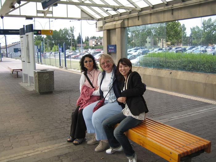 語学留学 短期 カルガリー 大好きでホストマザー、お母さんと私、女子のスリーショット Tomokoさん