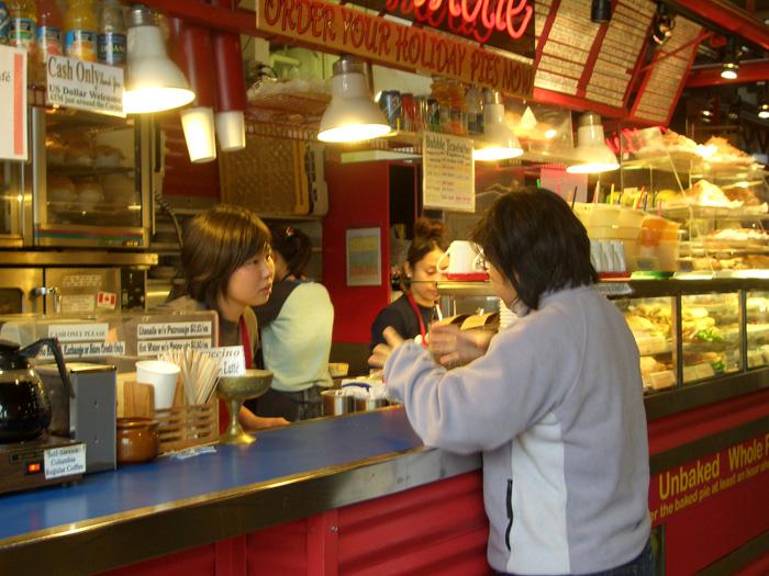 バンクーバー ワーキングホリデー Marikoさん 仕事先のカフェでお仕事中