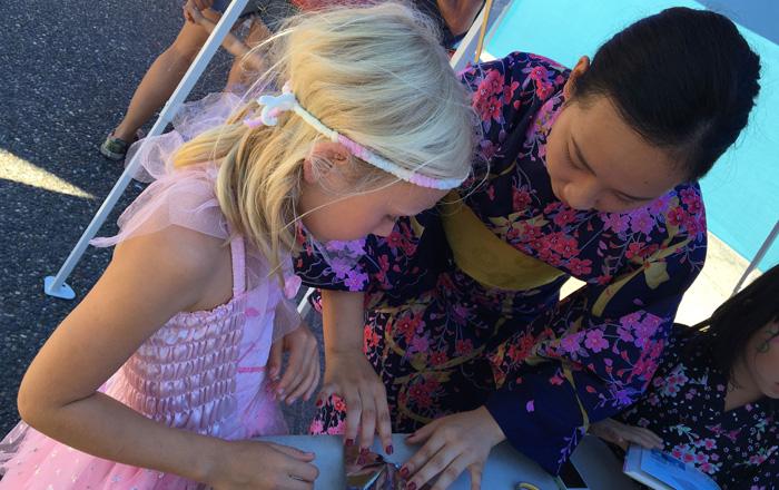 Ayakaさん ボランティアでカナダ人に折り紙を教える