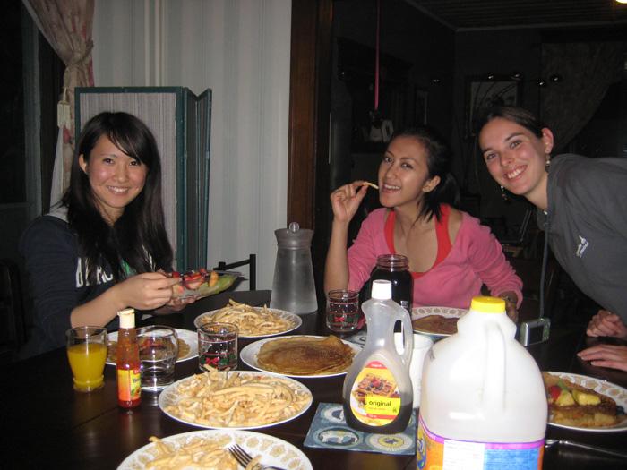 高校留学 ノバスコシア州 Ayakaさん 仲間と楽しい食事
