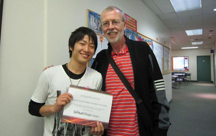 語学留学 トロント Kenseiさん 卒業時に先生と