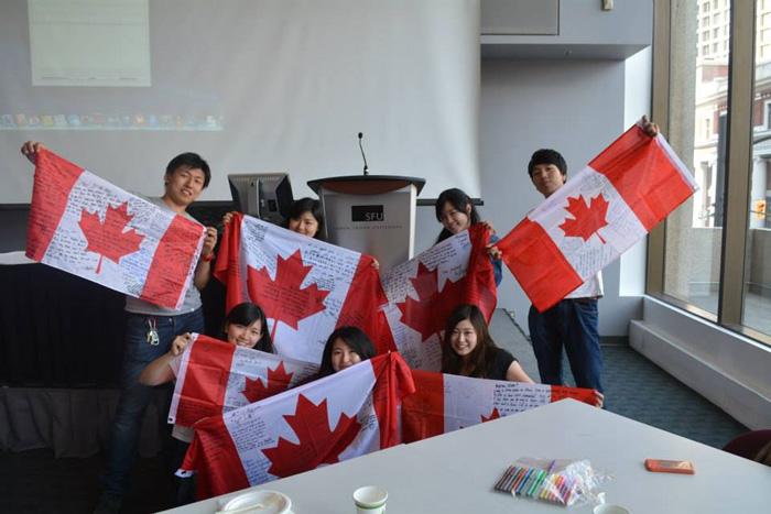 大学付属語学留学 バンクバー Wakaさん 仲間とカナダフラッグを掲げて