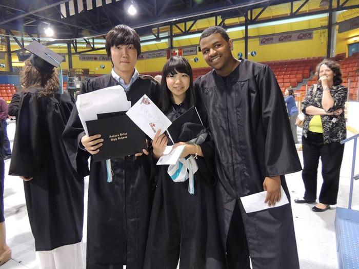 高校留学 ノバスコシア州 長期留学 卒業時、大水な仲間と Soshiさん