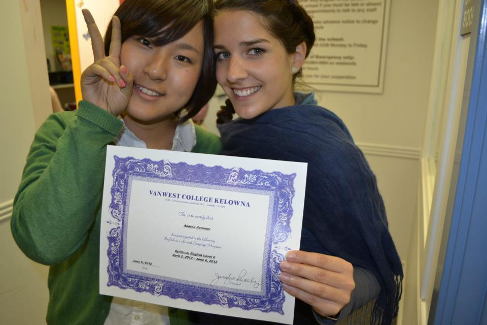 語学留学 インターンシップ 仕事体験 長期留学 ケローナ バンクーバー 学校修了のCertificateを受け取る Yuiさん