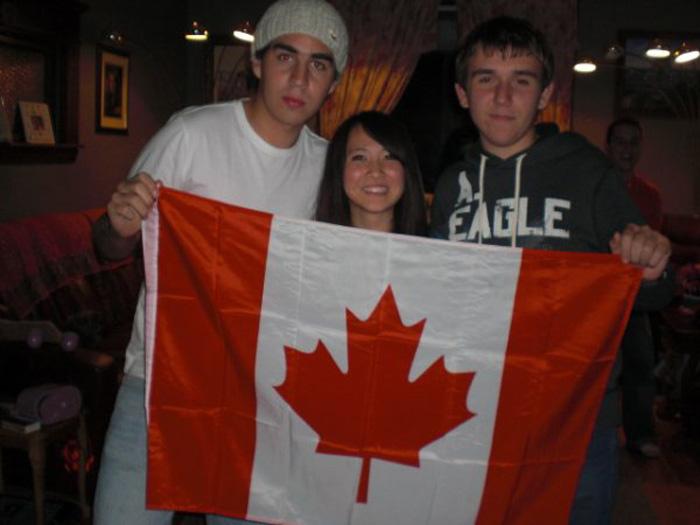 高校留学 ノバスコシア州 Ayakaさん 仲間とカナダフラッグ