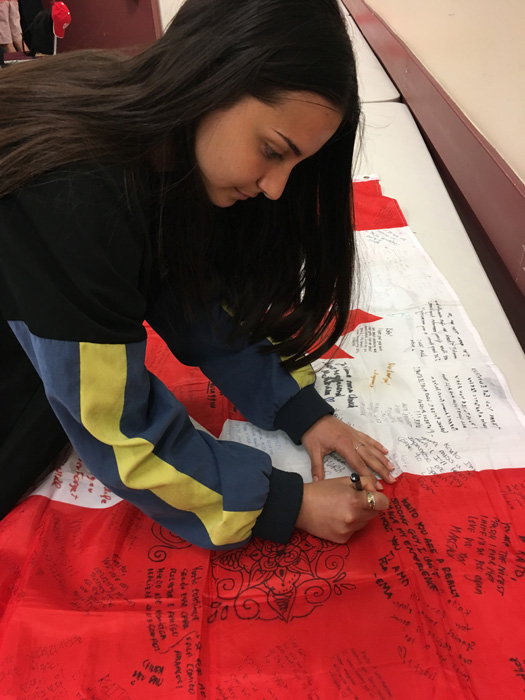 ペンビナトレイルズ教育委員会 想いを込めて旗にメッセージ