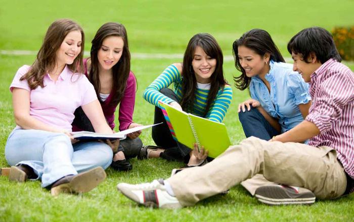 ゲルフ大学の休憩時間を楽しむ学生
