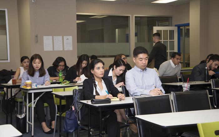Arbutus College で授業を受ける生徒の表情
