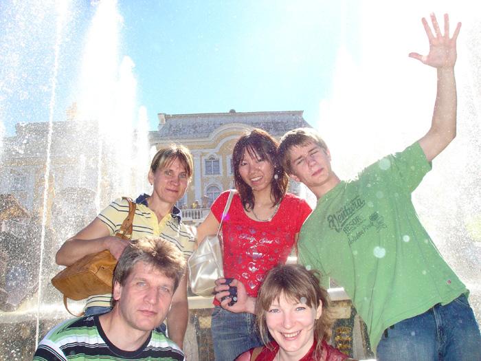 大学進学準備 トロント 仲間と噴水の前で Ryokoさん
