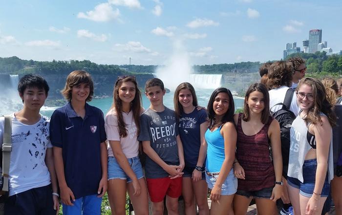 CISSサマーキャンプ ナイアガラの滝の前で記念写真