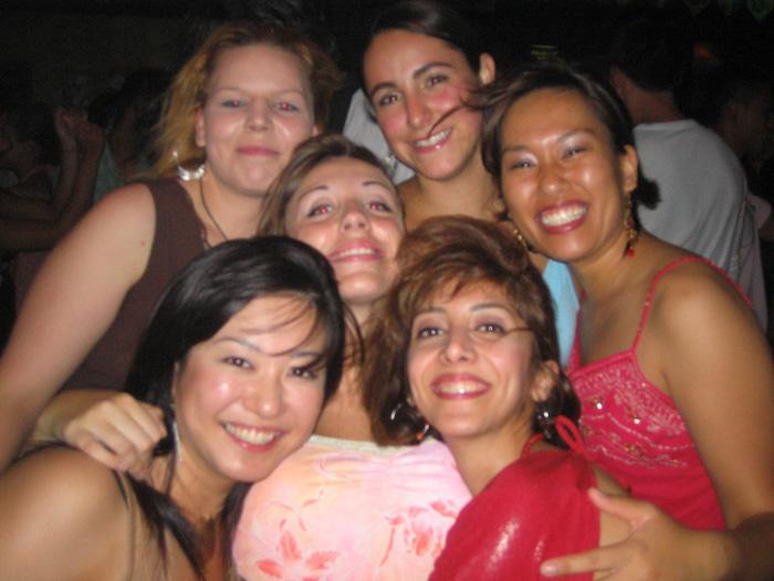 語学留学 バンクーバー 語学学校の皆とパーティー 美女たち Akiさん